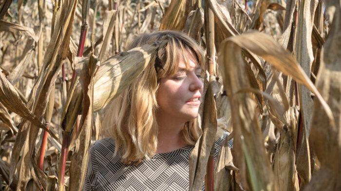 La musicista Cecilia in un campo
